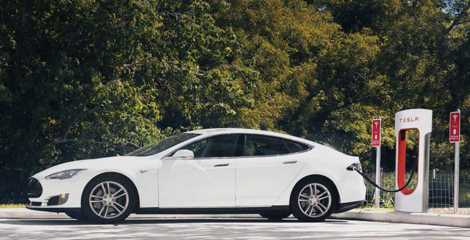 Tesla an einem Supercharger