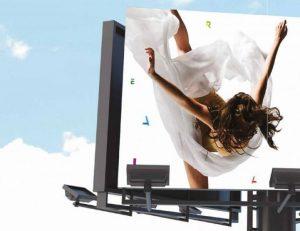 Plakat 365 Algarve auf Ständer mit Tänzerin