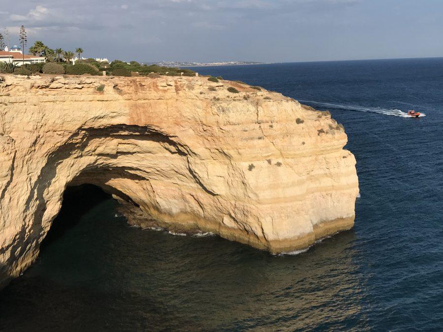 Grotten der Algarve-Felsküste im September in Ruhe betrachten