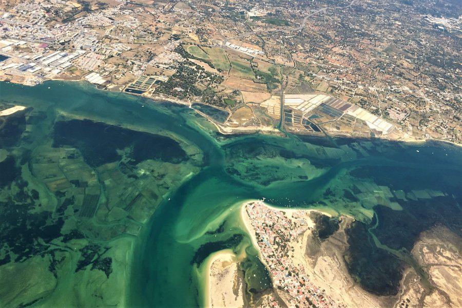 Faro an der Algarve hat einen faszinierenden Anflug vom Flugzeug aus