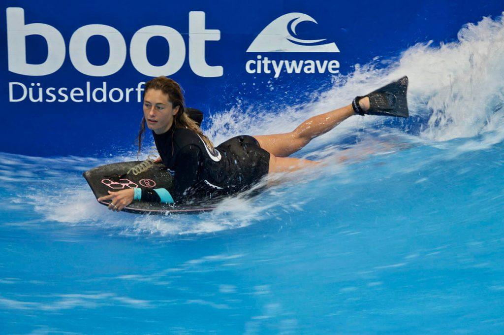 Joana Schenker surft als Bodyboard Weltmeisterin auf der Boot Düsseldorf