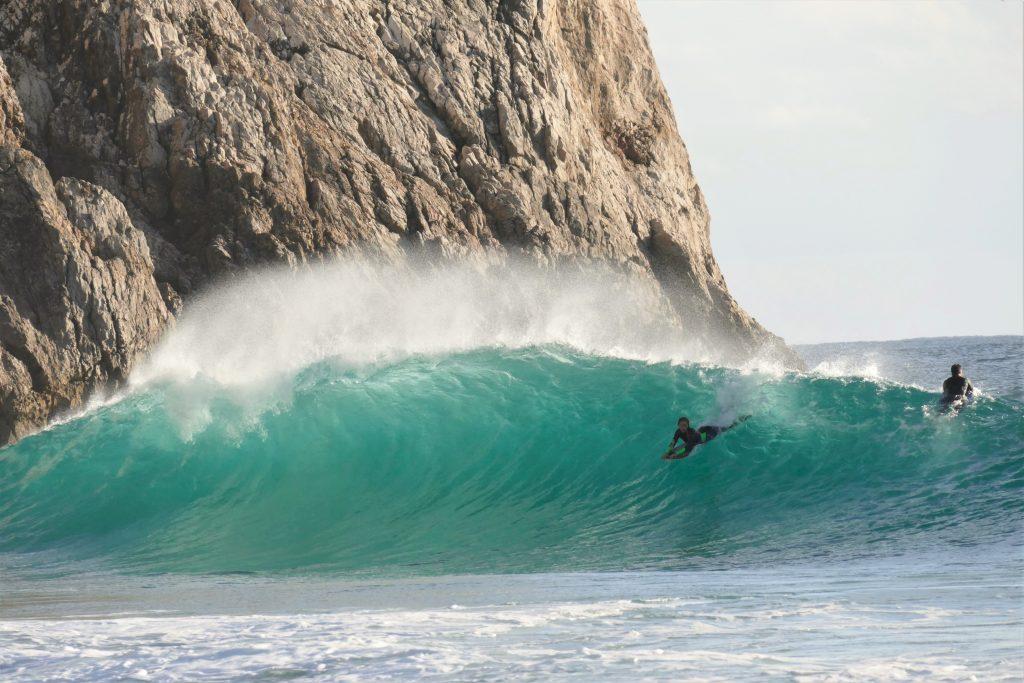 Joana Schenker surft als Bodyboard Weltmeisterin in Sagres an der Algarve