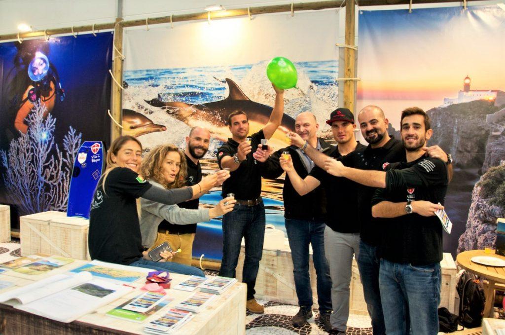 Bodyboard Weltmeisterin Joana Schenker am Stand von Vila do Bispo auf der Boot Düsseldorf