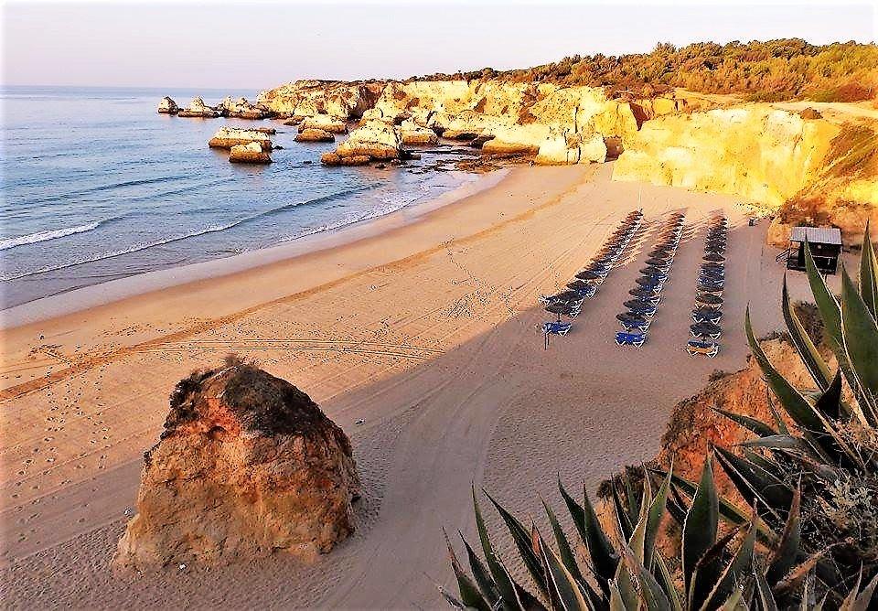 Algarve-Hitze durch Morgenspazierung am Strand entgehen