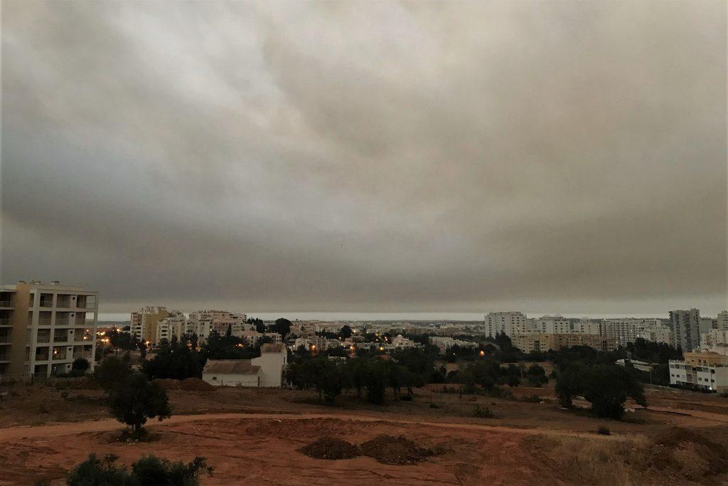 Großfeuer in Monchique verdunkelt mit Rauchwolken den Himmel der Algarve
