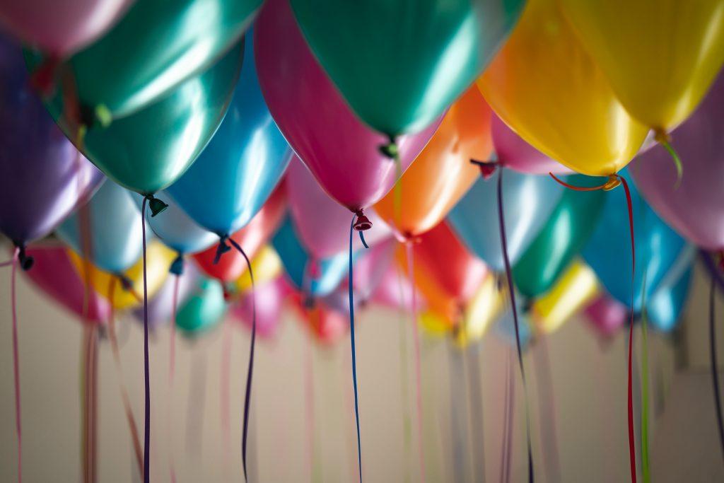 Glückwünsche mit Luftballons zum fünften Geburtstag des Online-Magazins Entdecken Sie Algarve