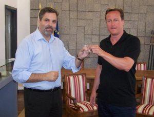 Bürgermeister Rui Andre aus Monchique mit Algarve-Urlauber David Cameron