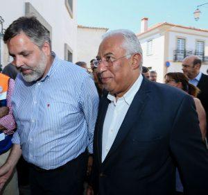 Bürgermeister Rui Andre aus Monchique mit Portugals Ministerpräsident Antonio Costa