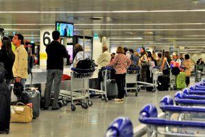Flughafen Lissabon platzt aus allen Nähten und die Passagiere leiden