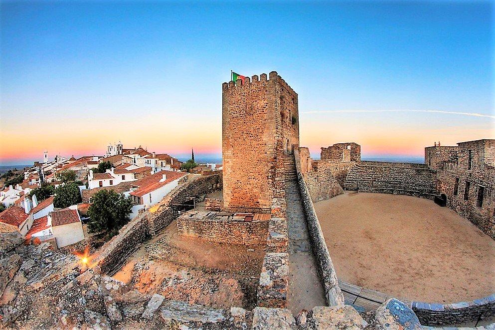 Alqueva-Stausee mit seiner Burg in Monsaraz dürfen auf Alentejo-Besuchsprogramm nicht fehlen