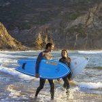 Surfer werden von der Westküste der Algarve, der Costa Vicentina, magisch angezogen