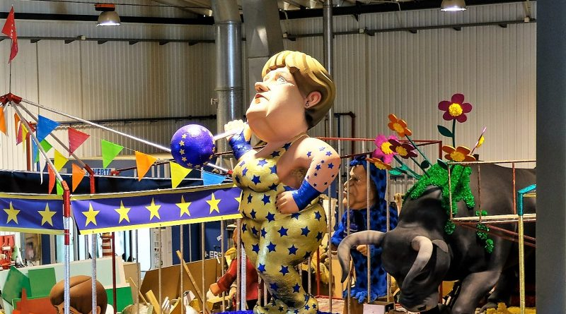 Algarve-Karneval mit Bundeskanzlerin Angela Merkel als Gewichtheberin