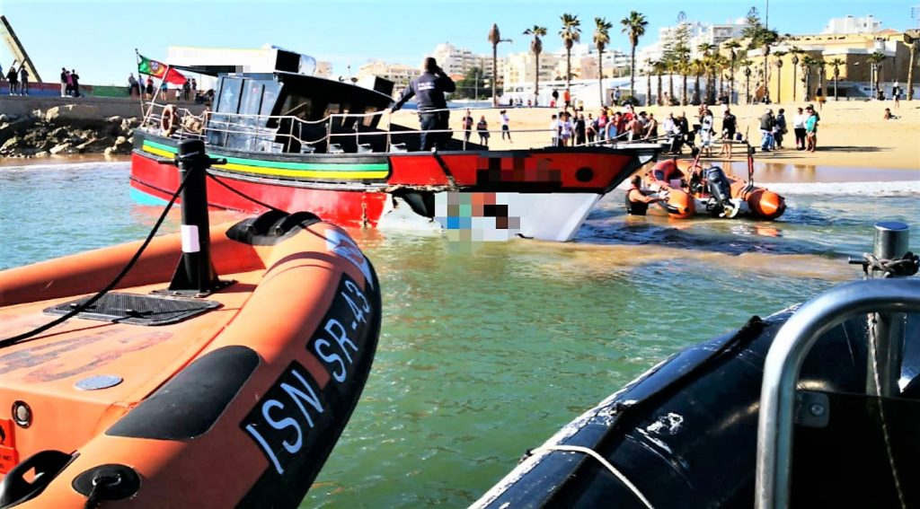 Ausflugsboot schlug Leck nach Kollision mit Algarve-Felsen