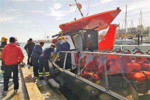 Ausflugsboot mit Dachschaden nach Unfall in einer Grotte der Algarve