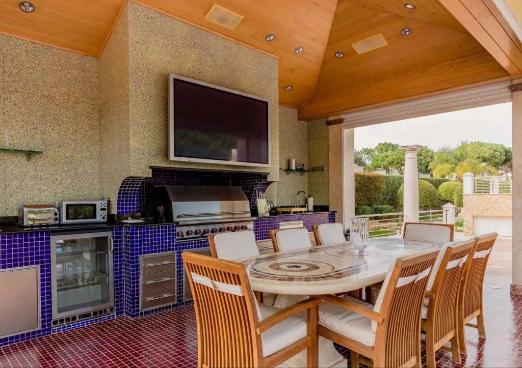 Luxus-Villa in Quinta do Lago an der Algarve hat komplette Außenküche