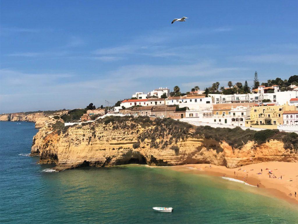 Strandqualität von Carvoeiro an der Algarve durch blaue Flagge attestiert