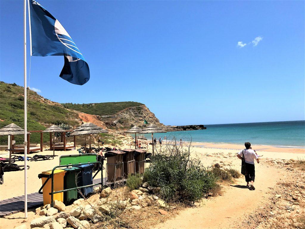 Strandqualität auch in Sachen Sauberkeit gesichert durch blaue Flagge an der Algarve
