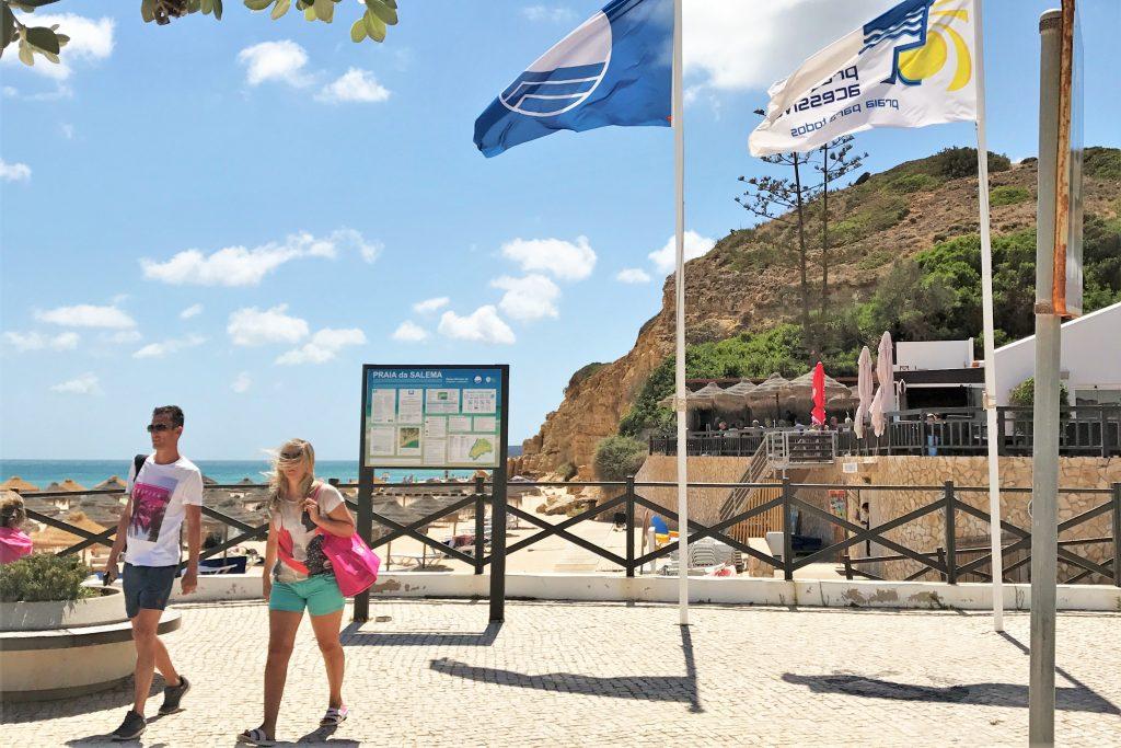 Strandqualität auch in Salema im Kreis Vila do Bispo an der Algarve ausgezeichnet, wie blaue Flagge zeigt