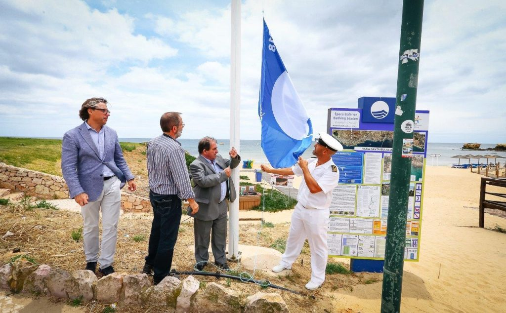 Strandqualität an der Algarve durch blaue Flagge garantiert hoch - auch in Santa Eulalia bei Albufeira
