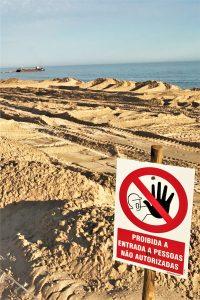 Dünenarbeiten am Strand von Alvor an der Algarve im Sommer gestoppt