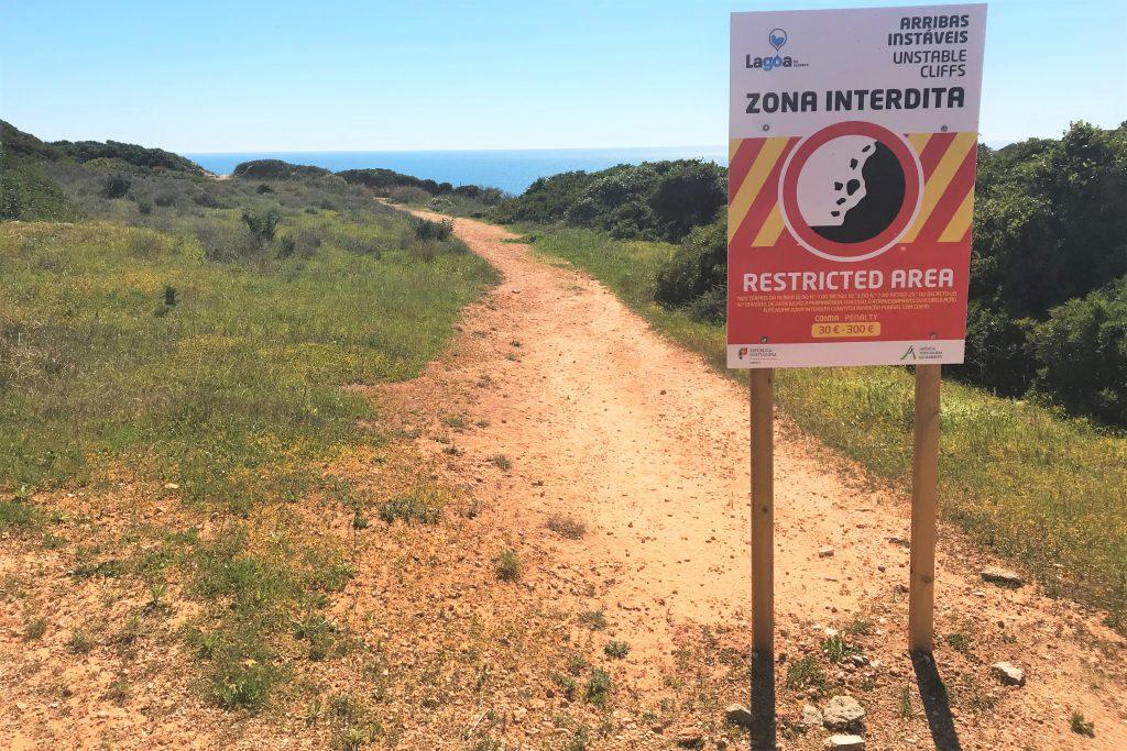 Hängetäler der Algarve sollten nur auf zugelassenen Wanderwegen aufgesucht werden