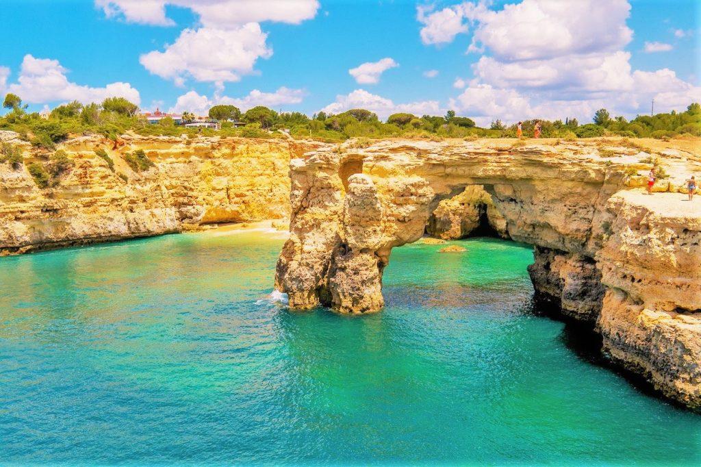 Hängetäler der Algarve sind von berückender Schönheit mit den bizarren Felsformationen