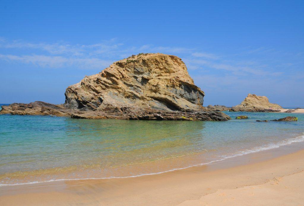 Alentejo-Küste hat auch vorgelagerte Felsen wie bei Samoqueira nahe Sines