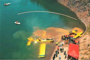 Algarve News zu notgelandetem Feuerlöschflugzeug, das Ölteppich hinterließ