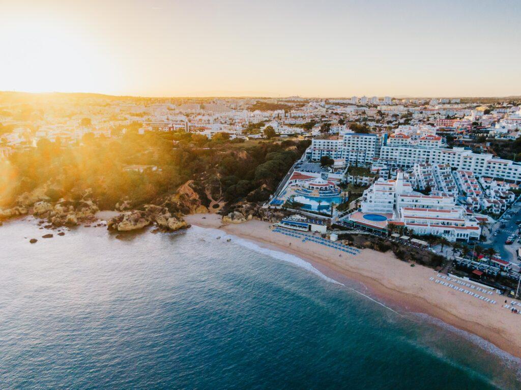 Last-Minute-Urlauber sollen die Hotels der Algarve im Sommer füllen helfen