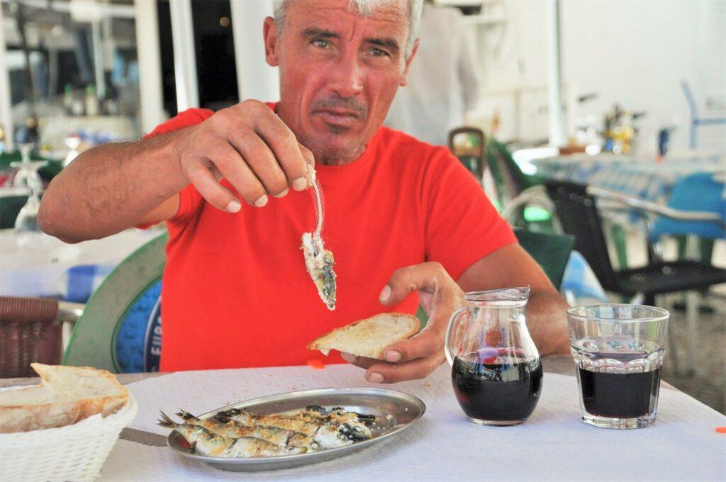 Sardinen ohne Mittelgräte Schwanzflosse und Kopf essen