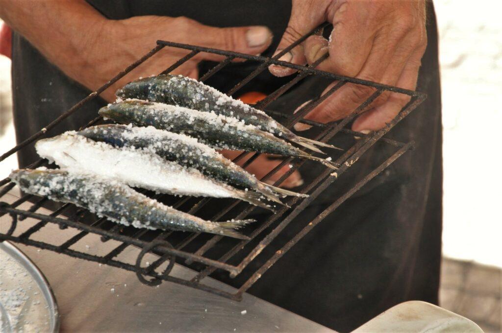 Sardinen mit Meersalz über Holzkohlefeuer grillen