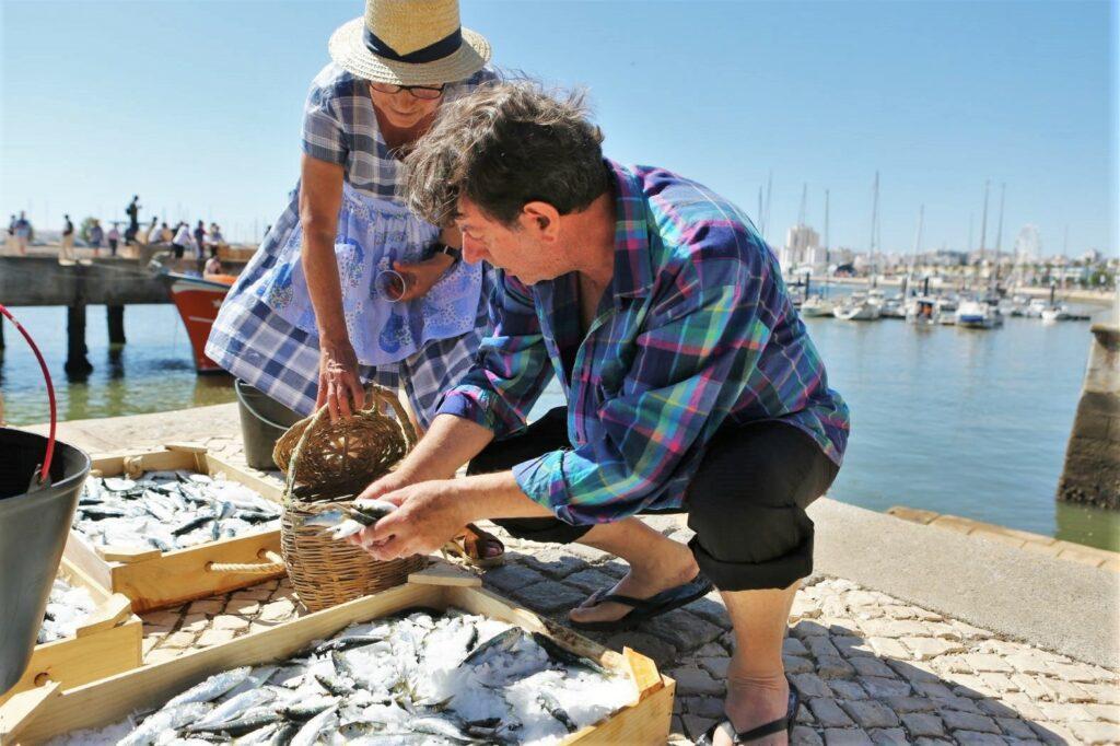 Anlieferung von Sardinen in Portimão mit Begutachtung der Fische in alter Tracht