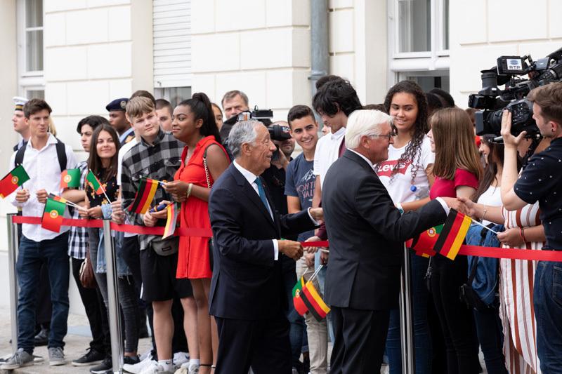 Marcelo Rebelo de Sousa wird von fähnchenschenkenden Schülern begrüßt