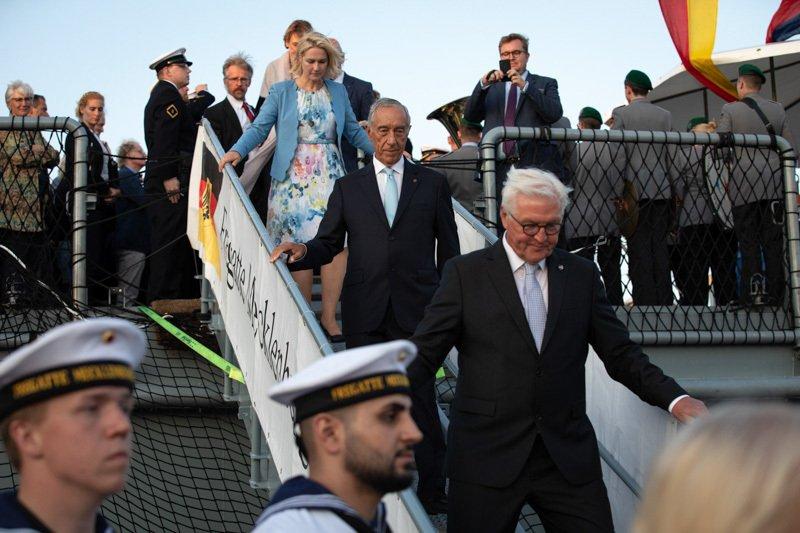 Marcelo Rebelo de Sousa geht von Bord der Fregatte Mecklenburg-Vorpommern