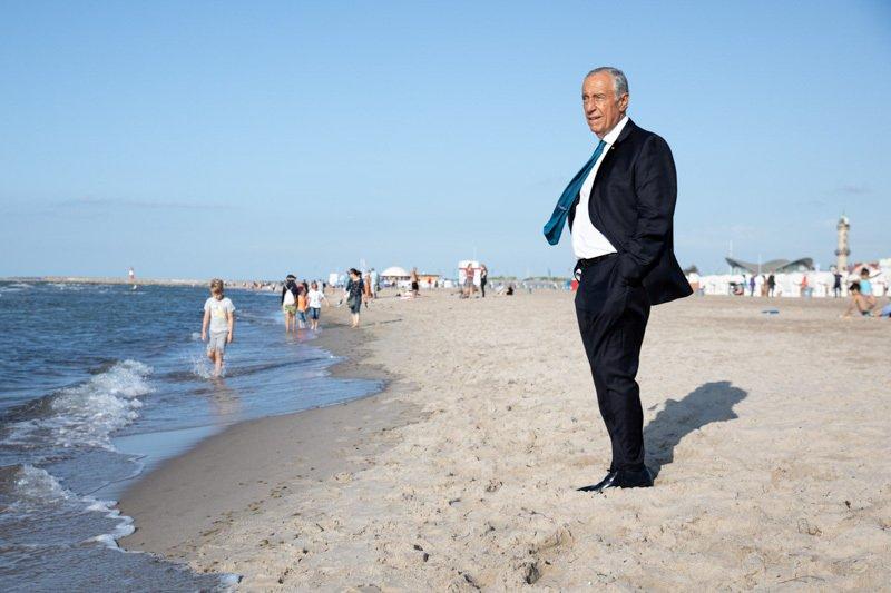 Marcelo Rebelo de Sousa meditiert am Ostsee-Strand von Warnemünde
