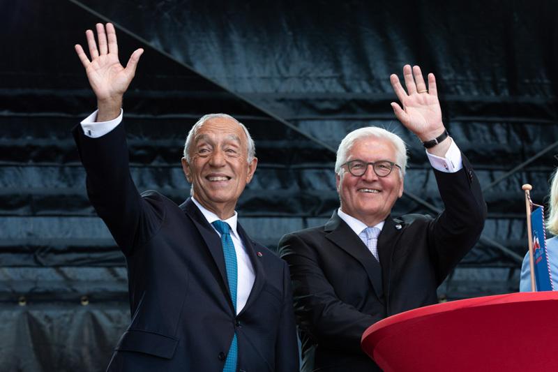 Marcelo Rebelo de Sousa und Frank-Walter Steinmeier winken Bürgern zu