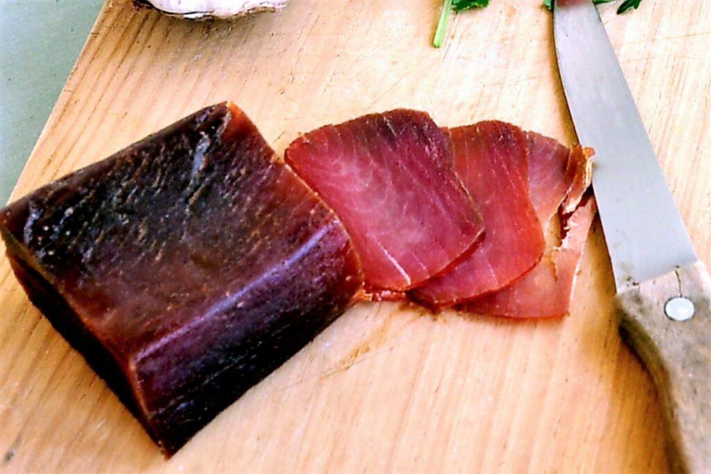Muxama ist Meeresschinken aus Thunfisch von der Ost-Algarve