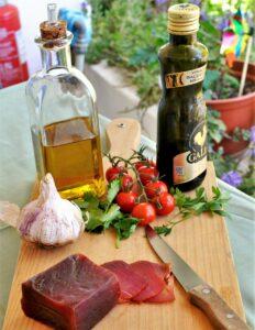 Muxama als Meeresschinken aus Thunfisch schmeckt gut mit etwas Olivenöl