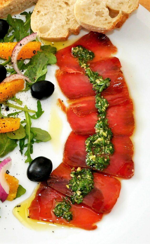 Muxama Meeresschinken aus Thunfisch der Ost-Algarve mit Salat und Brot