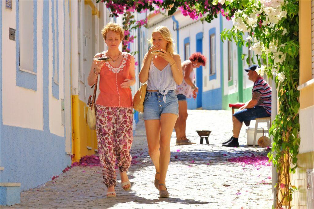 Sommerkomödie im ZDF zeigt das schöne farbenfrohe Leben im Surfer-Milieu der Algarve