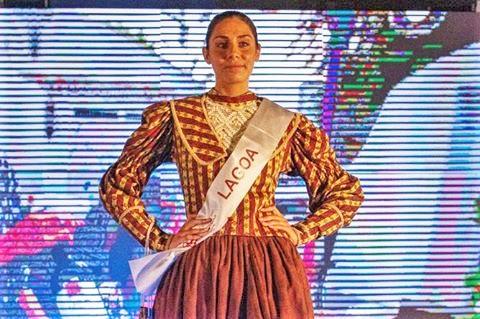 Weinkönigin Beatriz Castro aus Lagoa an der Algarve macht gute Figur