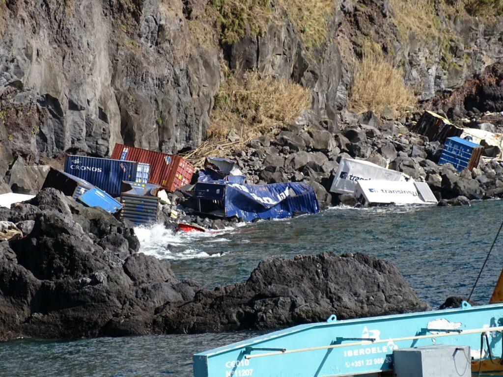 Wirbelsturm-Schäden durch Lorenzo betreffen auch Container im Meer