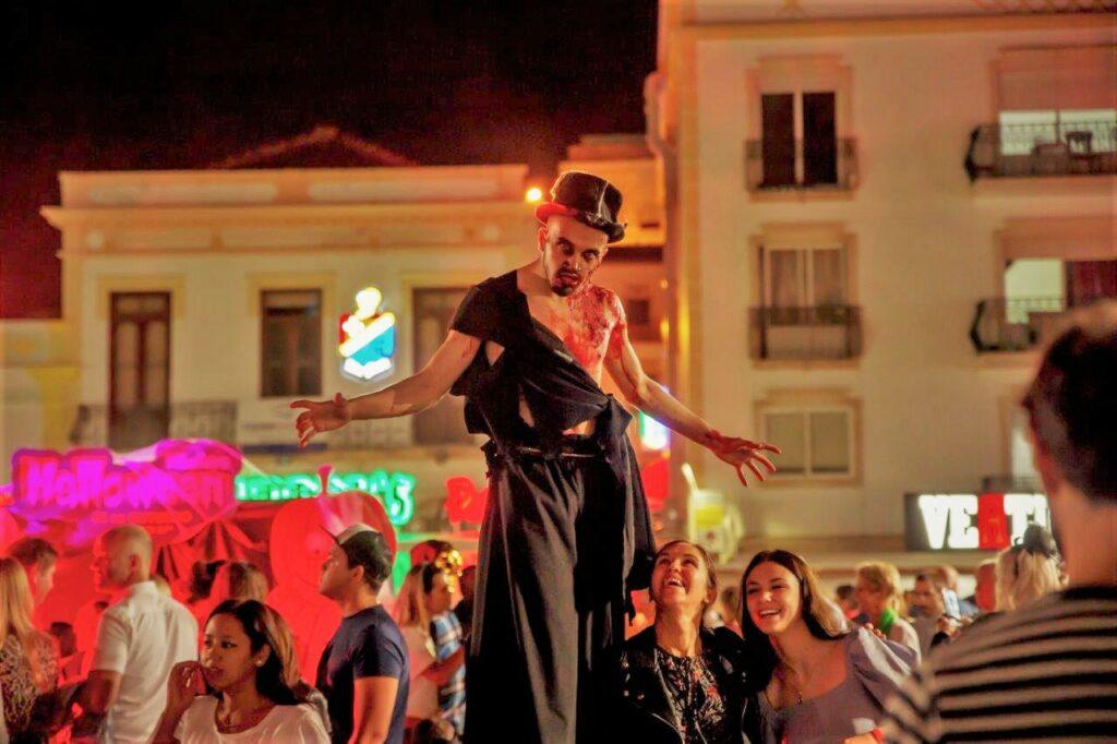 Halloween in Albufeira zog Massen von Algarve-Einwohnern und Touristen auf die Straßen